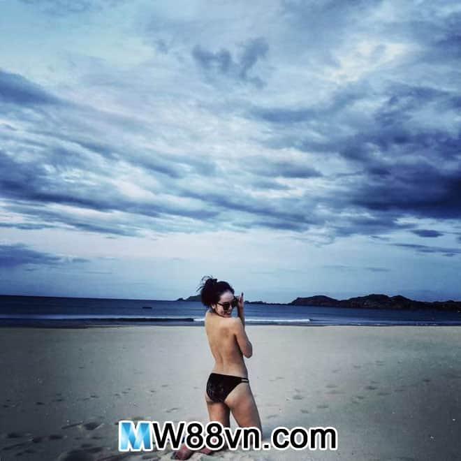 Hình ảnh ca sĩ Phương Linh mặc Bikini quyến rũ nóng bỏng